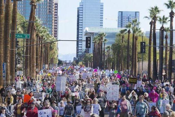 女性によるトランプ大統領への抗議集会、世界200カ所以上で行われ数十万人が参加