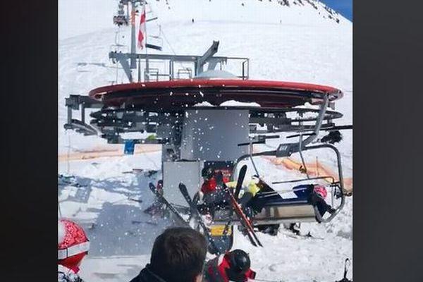 スキー場で突然リフトが暴走、乗っていた人々が飛ばされる映像が恐ろしい