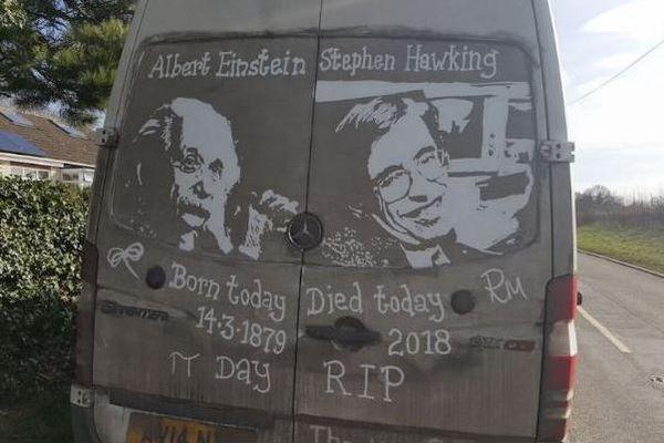 ホーキング博士を追悼するため、車に見事な絵を描いた男性が話題に