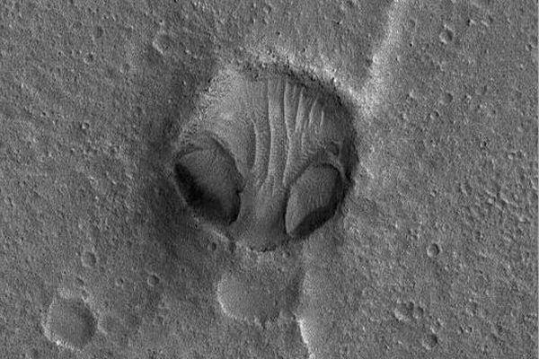 エイリアンの顔にそっくり!NASAが撮影した火星のクレーターがユニーク