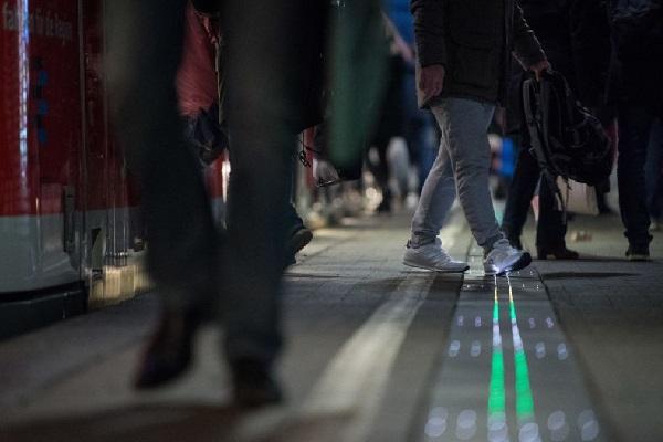 ドイツ鉄道が駅のホームにカラフルなライトを設置、理由は遅延をなくすため?