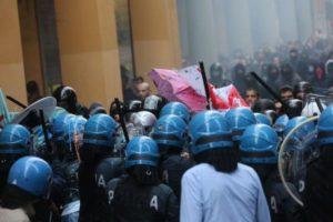 イタリア選挙戦でネオ・ファシストの集会に人々が抗議、警察が出動する事態に