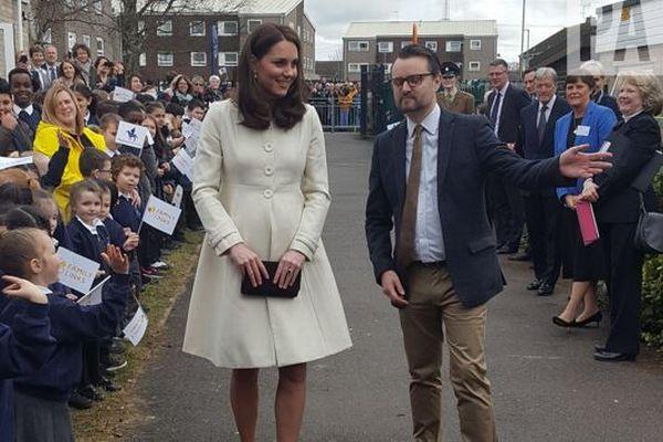 小学校を訪問したキャサリン妃、体のある部分がおかしいとネットがざわつく