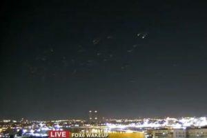 ニュースの生放送中、カメラが捉えた無数の光る物体の動きが奇妙すぎる