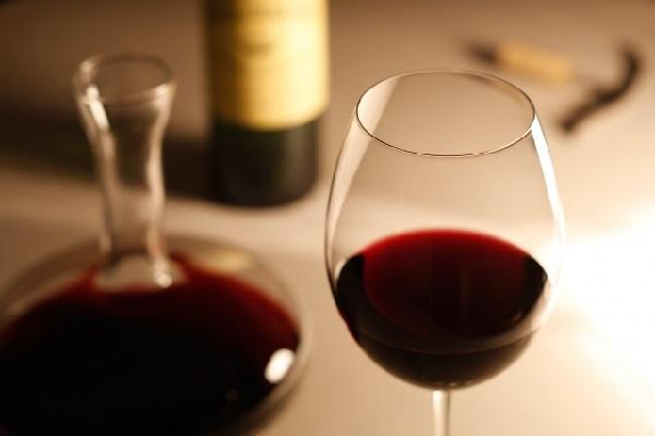 健康リスクか伝統か?フランスでワインを巡り激しい論争が勃発中