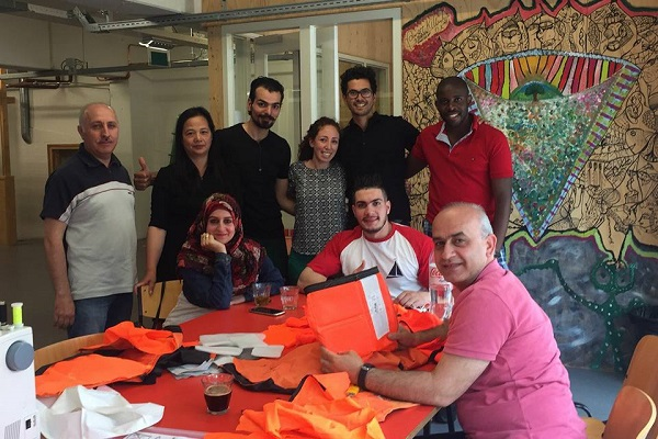 難民が着用したライフベストから、新たな商品を作る企業が注目集める