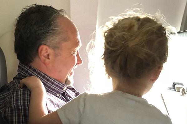 飛行機で泣き叫ぶ子供たちをなだめてくれた見知らぬ男性。その行動に称賛の声