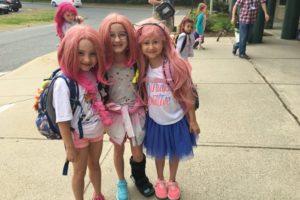 全員ピンクのウィッグを着用!小学校での奇妙な光景に隠された想いとは