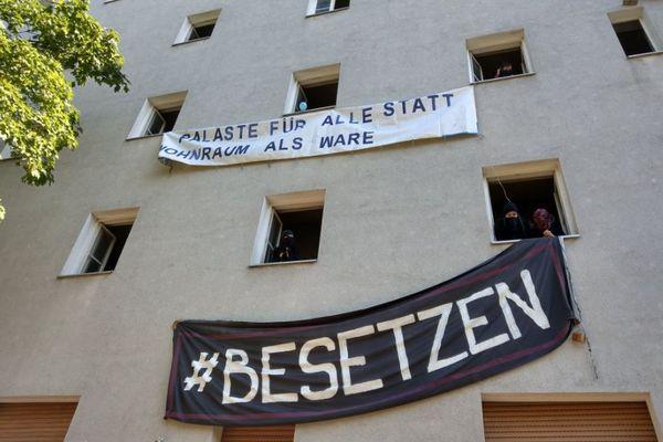 ベルリンの住民が家賃高騰に激怒、空き家のビルを占拠し抗議活動を行う