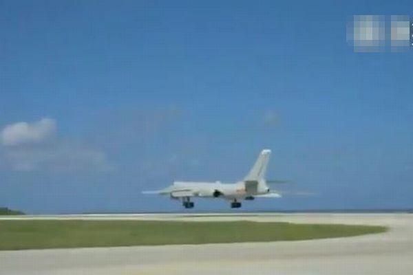 中国の核搭載可能な長距離爆撃機が、南シナ海の人工島に初めて着陸【動画】