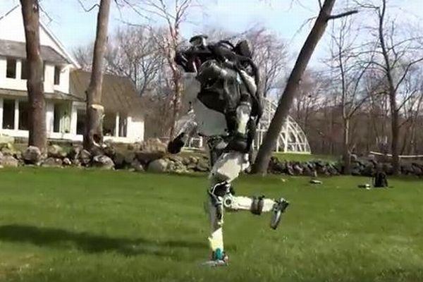 人間のようにジョギングするロボット、バランスを保ち走り続ける映像を公開