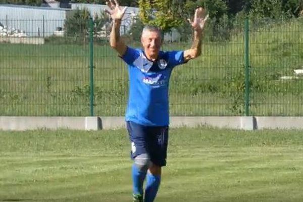 その年齢なんと71歳!ポーランドで最年長のサッカー選手がゴールを決める