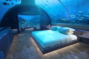 """透明なブルーの部屋が神秘的!モルディブに世界初の""""海中レジデンス""""が登場"""