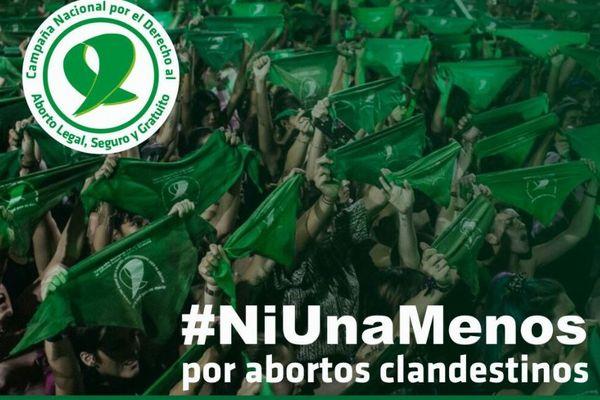 中絶を禁止する法律の緩和を求め、アルゼンチンの議会前で女性たちが抗議