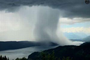 空から水の塊が!局地的な豪雨をもたらすマイクロバーストの映像がすごい