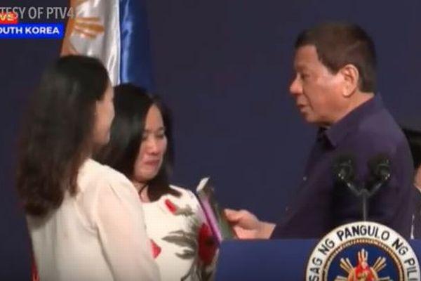 ドゥテルテ大統領が公の場で既婚女性の唇にキス、フィリピンで物議を醸す