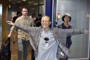 軟禁状態だった劉暁波さんの妻、劉霞さんが中国を出国、ベルリンに到着する