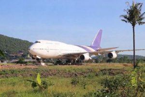 ある日突然、タイの郊外に巨大なボーイング747が出現、住民らもビックリ