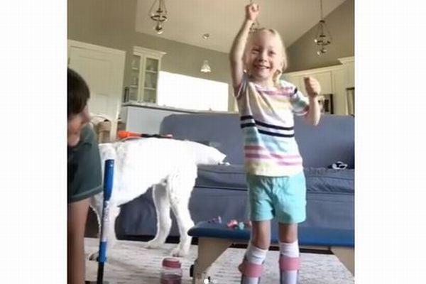 「私、歩いている!」脳性麻痺で歩けなかった少女が、最初の一歩を踏み出す
