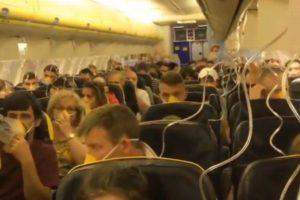 格安航空会社の旅客機が急降下、急激な減圧で乗客が耳から血を流す事態に