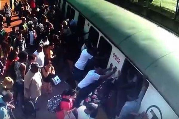 電車とホームの間に挟まれた女性のため、多くの乗客が力を合わせて救出