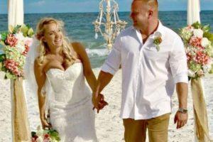 ビーチでの結婚式で新郎が突然海へダイブ、沖に流されていた若者を救う