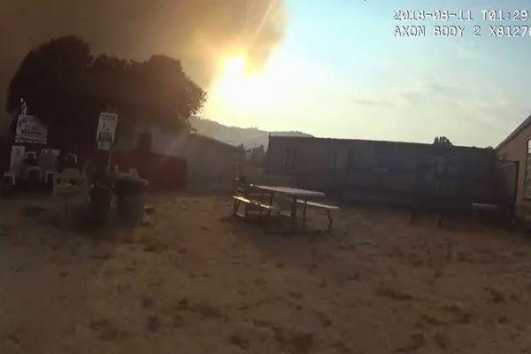 米の動物保護施設に山火事が接近、警官らが60匹を緊急避難させる【動画】