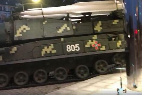 ウクライナで軍事パレードの練習中、ミサイル車両が建物に突っ込む【動画】