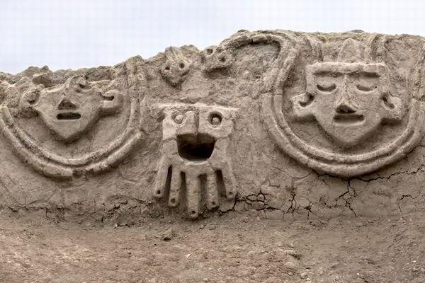 ペルーにある3800年前の遺跡から、人やヘビが描かれたレリーフを発見