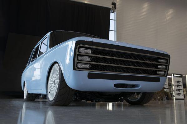 露の兵器メーカー「カラシニコフ」が電気自動車を発表、レトロ風な車体がユニーク