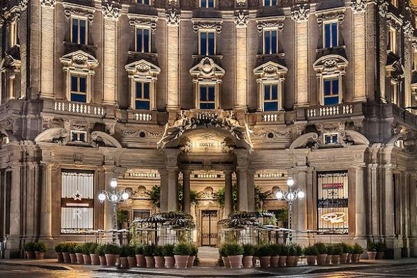 イタリア初のスターバックスがオープン!美しい内観にも注目