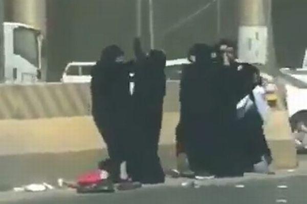 サウジで黒い服を着た5人の女性が大喧嘩、道路で殴り合う姿が撮影される