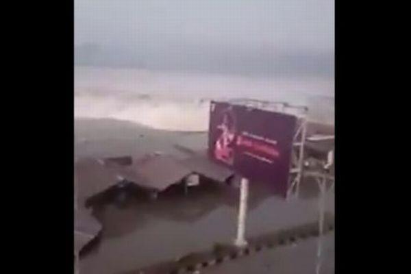 インドネシアでM7.5の地震、津波が押し寄せ死者384人、重傷者540人に(更新)