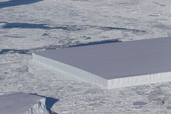 まるで人工物のよう!南極に直線的に形作られた四角い氷山が出現