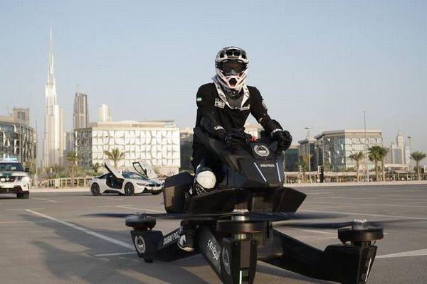 ドバイの警察がホバーバイクの訓練を開始、その空飛ぶバイクとは?【動画】