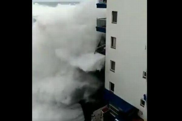 巨大な波が3階のバルコニーを破壊、スペインで撮影された動画がショッキング