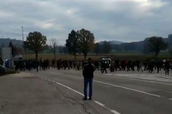 クロアチアの国境付近で難民と警察官が衝突、両者の緊張が高まっている