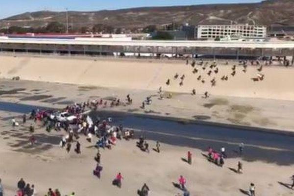 米政府がメキシコとの国境を封鎖、警備兵が移民キャラバンに向け催涙弾を発砲