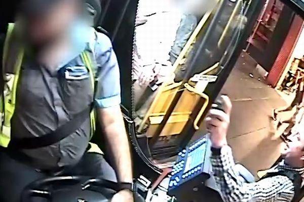 豪でバスに乗るのを断られた男が、運転手の顔にスプレーをかける事件が発生