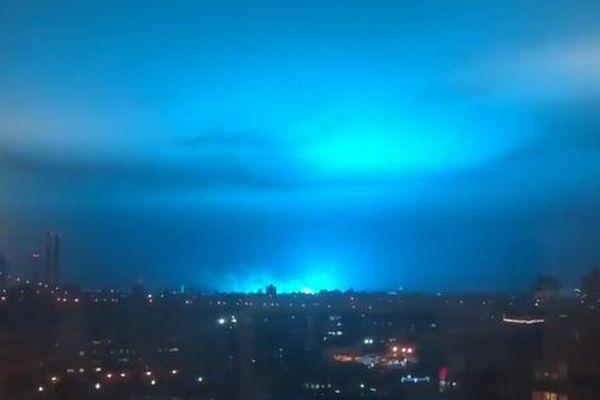 ニューヨークで超自然現象?夜空が突然、奇妙な青い光に包まれた!