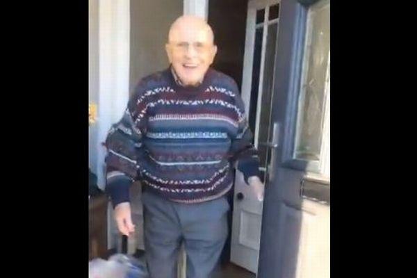 ドアを開け、孫を迎えるおじいちゃんの笑顔をとらえた動画ツイートが話題に
