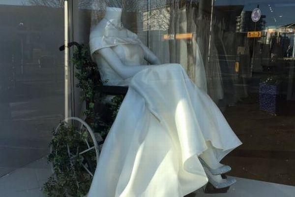英のブライダルショップが車椅子のウェディングドレスを設置、注目を浴びる