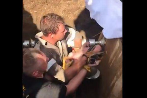 まさに危機一髪!南アフリカで直径30cmの排水管の中から新生児を救出