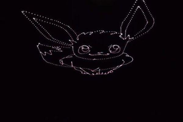 夜空に巨大なイーブイが出現!たった1機のドローンで描くアーティストがユニーク