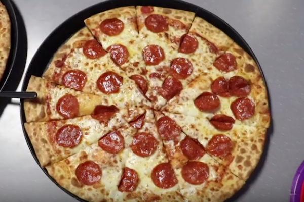 ピザ店が売れ残りを集めて1枚にしている、と指摘したユーチューバーに店が反論