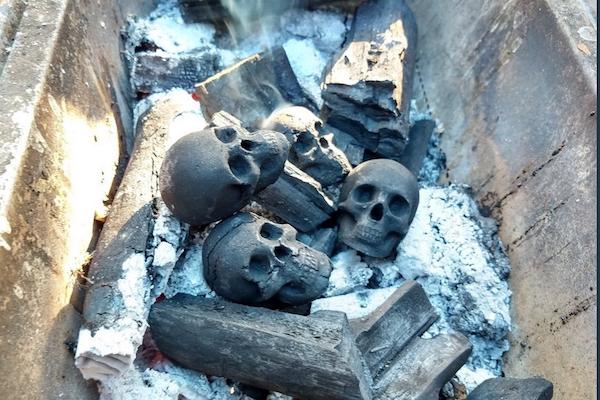 日本人アーティストが売り出した、バーベキュー用髑髏の炭が海外で話題