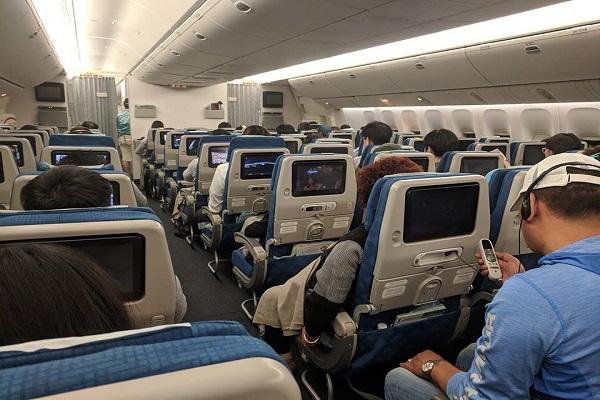 国際線長距離フライトに4カ月の乳児が搭乗。母親のとった行為に乗客から称賛の声