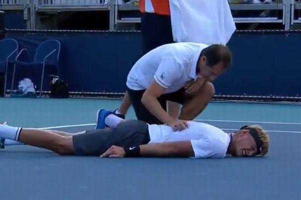 テニス選手がプレー中、コート上で倒れる!動けず苦悶する姿がショッキング