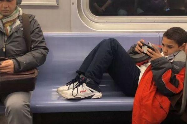 座席を占領するマナー知らずの子供の、膝の上に座ってみた動画