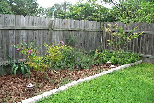 景観を乱して罰金を課せられた女性の家に警官たちが現れ、庭の手入れとフェンスを修理